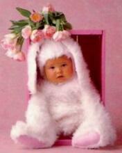 Ребёнок в костюме зайчика